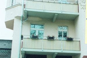 Bild auf gegenüberliegender Seite: Frisch saniert sind hier nicht nur die Fassaden, auch die Balkone der Meyer'schen Häuser wurden in Aussehen und Statik wieder hergestellt
