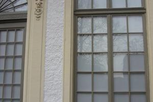 Die Rauhputzflächen werden von den Tür- und Fenstergewänden gefasst<br />