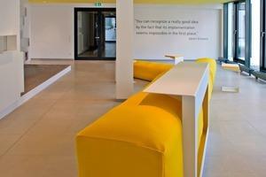 Rechts: Der Anfangsbuchstabe von Ytong findet sich in der so genannten Innovationsarena in Form eines überdimensionalen gelben Sitzmöbels wieder<br />Fotos: Ansgar Maria van Treeck<br />