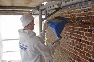Die noch feuchten Außenmauern wurden nach dem Ausbessern und Reinigen mit einer Lage des Feuchteregulierungsputzes als Vorspritzputz behandelt<br />