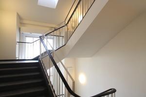 Treppe ins Dachgeschoss von Haus 1. Bei dem oberen Fenster in der Gaube handelt es sich um ein Klappfenster