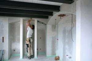 Rechts: Individueller Trockenbau bis ins Detail: Hier werden Nischen mit gebogenen Decken eingebaut