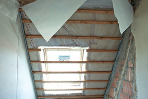 Blick in die Dachschräge mit Zwischensparrendämmung und raumseitiger Dampfbremse<br />Fotos: Ursa<br /><br />