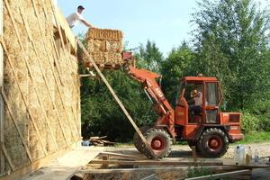 Mit den Strohballen wird ein Holzständerwerk ausgefacht – also nicht-lastabtragend gebaut