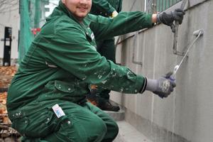 Auszubildende im Holz- und Bautenschutz bei der Arbeit auf der Baustelle<br />Fotos: DHBV<br />