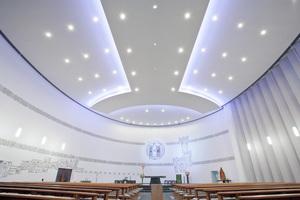 Die neue fugenlose Akustikdecke in der St. Michaelkirche bietet zusätzliche Sicherheit beim Brandschutz und erfüllt die akustischen Anforderungen an den Kirchenraum<br />Fotos: OWA