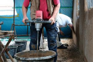 Anmischen des Lehmputzes mit dem Rührgerät<br />