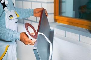 Montage der Fensterbank: Das Dichtband wird auf den Anschraubsteg geklebt und die Fensterbank angeschraubt. Danach muss der Handwerker zunächst den Hohlraum ausschäumen, dann die Dämmplatte einmessen und zuschneiden. Anschließend wird das Fugendichtband angezeichnet und auf die Fensterbank geklebt. Das letzte Bild zeigt das Bordprofil mit Dehnungskeder<br /><br />