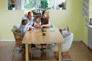 Kalkkaseinfarben stehen für gesundes Wohnen und attraktive Oberflächenausstrahlung (Hier: Kalkkasein Wandfarbe mit Auro Kalk-Buntfarbe Nr. 350 abgemischt)<br />Fotos (2): Auro<br />