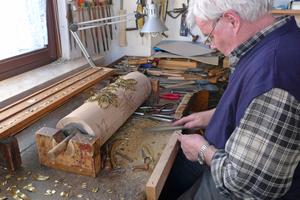 Der Formenstecher Hans Joachim Frindte aus Mühlhausen bei der Herstellung einer runden Druckform<br />