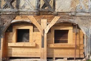 Bei der Sanierung dieses Umgebindehauses ergänzten die Zimmerleute die maroden Hölzer der Blockwand durch neues Material<br /><br />