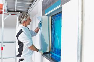 Klebestreifen im Inneren des WDVS- Anschlussprofils heraustrennen und die zugeschnittene Laibungsplatte in das WDVS-Fensteranschlussprofil einsetzen