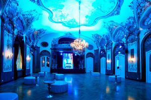 Der Raum nach Abschluss der Sanierungsarbeiten in blauem Licht<br />