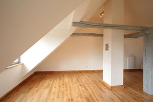 Raum im Dachgeschoss mit großer Gaube