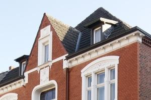 Der nach einem Bombentreffer im Zweiten Weltkrieg nur notdürftig reparierte Giebel des Hauses in der Gütersloher Roonstraße vor Beginn der Sanierungsarbeiten