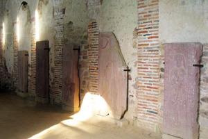 An den Wänden stehen in der Basilika alte Grabplatten<br />