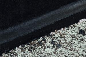 Ein Fußpunkt nach Regelwerk: Die Innenecke ist als Hohlkehle ausgebildet und die Flächenabdichtung an der Fundamentvorderkante herabgeführt<br /> <br /><br />