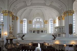 Ein Blick in den großzügigen Kirchenraum, überwiegend in Altweiß und Gold gehalten<br />