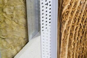 Für Gleitfugen an alten Pfosten und Streben oder anderen nicht planen Untergründen gibt es spezielle Abschlussprofile aus PVC<br />