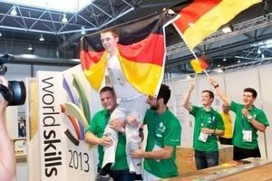 """Weltmeisterfeier am letzten Wettkampftag: Andreas Schenk hat seine Gegner """"weggeputzt"""", die Kollegen von Nationalteam lassen ihn hochleben"""