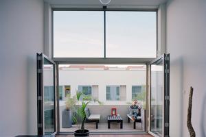 Raumhohe Verglasungen lassen viel Licht bis tief in die Wohnungen hinein. Die großformatigen Glas-Faltwände von Solarlux lassen sich komplett öffnen und seitlich parken<br />