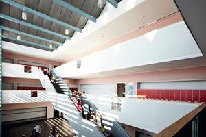 """Rechts unten: Die """"Schul-straße"""" führt nach Abschluss der Bauarbeiten vom Haupteingang durch das Lehrgebäude bis zum Pausenhof<br />"""