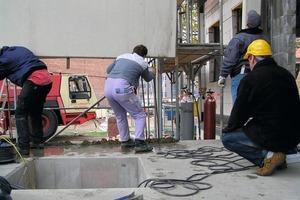 Rechts: Das Treppenhaus montierten die Handwerker aus Betonfertigteilen<br />Fotos: Paul Stöckl<br />
