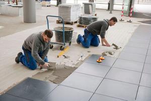 Auf dem Flächenhohlboden verlegten die Handwerker großformatige Natursteinplatten aus Granit