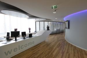 Höhenversprünge im Eingangsbereich des Büro- und Trainings-centers lassen die Deckenlandschaft lebendig wirken<br />Fotos: andischmid.de