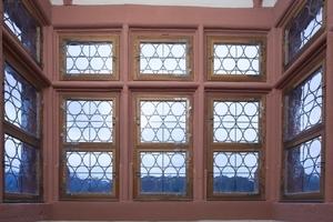 Rekonstruierte Holzfenster im Erker mit einer durch Bleiruten gefassten Verglasung aus von Mund geblasenen Tellerscheiben<br />