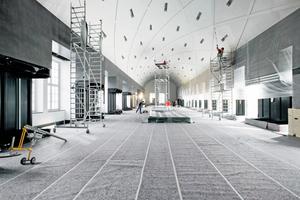 Hier legen die Handwerker letzte Hand an das von einer Rhombenstruktur gegliederte Tonnengewölbe im Riesensaal an<br />Fotos: Baumit