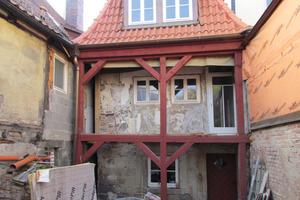 Die Hinterhofbebauung wurde abgerissen und das bestehende Mansarddach neu gedeckt und gedämmt<br />