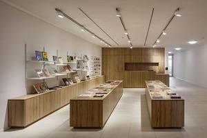 Der großzügige Shop- und Kassenbereich im Erdgeschoss empfängt den Besucher
