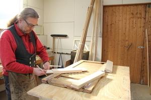 Schreinermeister Norbert Korb bei der Restaurierung eines FensterladensFoto: Schwarzmann