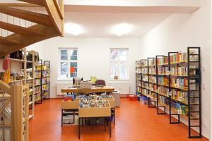Die Bücherei erstreckt sich über zwei Geschosse mit innenliegender Treppe<br />