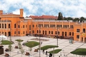 Mit einem Anstrich in Orangeocker wurde die historische Farbfassung des Breslauer Hauptbahnhofs wieder hergestellt<br />