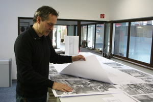 Bertold Just zeigt die großformatigen Schwarzweißfotografien, die den Modellbildhauern als Vorlage dienen<br />