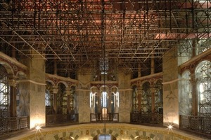 Unter der Scheibe des Kuppelgerüstes war ein in zwei Richtungen gespanntes Raumtrag-werk montiert, das durch eine Stützkonstruktion im Umgang getragen wurde