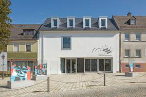 Das Gebäude des Erika-Fuchs-Museums passt sich gut in das Straßenbild von Schwarzenbach/Saale ein