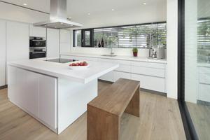Die Küche hinter der Wandscheibe im Obergeschoss des Hauses<br />Fotos: Erich Spahn<br />