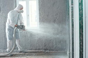 Die Handwerker dämmten rund 500m² außen berührende Wandflächen. Dabei wurden 4000 kg Zellulose, 1600 kg Leim und etwa zehn Tonnen Putz verarbeitet<br />