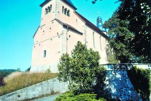 Oben links: Mit der neuen Spezialmörtelschicht von tubag ist die St. Lioba Kirche in Petersberg wieder vor der Witterung geschützt