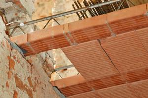 Links: In das Mauerwerk sind Auflager für die Deckenträger geschlagen. Die Ziegel werden zwischen den Trägern eingehängt