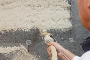 Klebe- und Armiermörtel SM 700 PRO wird auf die Dämmplatte aufgebracht<br />