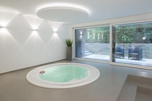 Herzstück des Untergeschosses ist der luxuriöse Spa-Bereich mit dem 350 x 350 cm großen Whirlpool