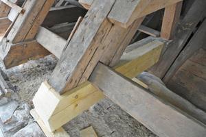 Reparatur des Zerrbalkenkopfes mit stehendem Blatt im Dachwerk