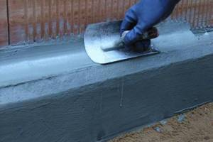 Rechts: Zwischen Fundamentvorderkante und Mauerwerk wird eine Mörtelhohlkehle ausgeführt