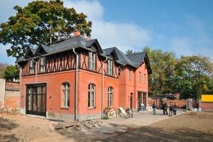 Dank einer Innendämmung mit Mineraldämmplatten konnte das äußere Erscheinungsbild des denkmalgeschützten Kutscherhauses im Zuge des Umbaus zu einem Wohnhaus erhalten bleiben<br />Fotos: Ytong Multipor /<br /> Xella<br />