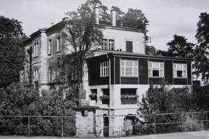 Historisches Bild des Friedenslazaretts auf Festung Königstein (1929). Hier ist die Veranda in schwarz zu erkennen. Sie soll nach dem Umbau des Gebäudes zu Ferienwohnungen als witterungsgeschützter Platz mit Aussicht genutzt werden