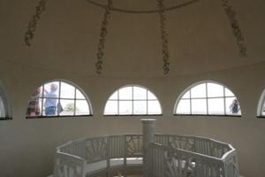 Die Wendeltreppe endet in einem kleinen Kuppelhäuschen auf einer Dachterrasse<br />